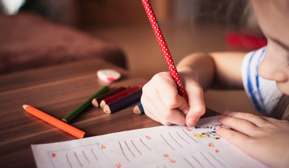 petite fille crayon rouge