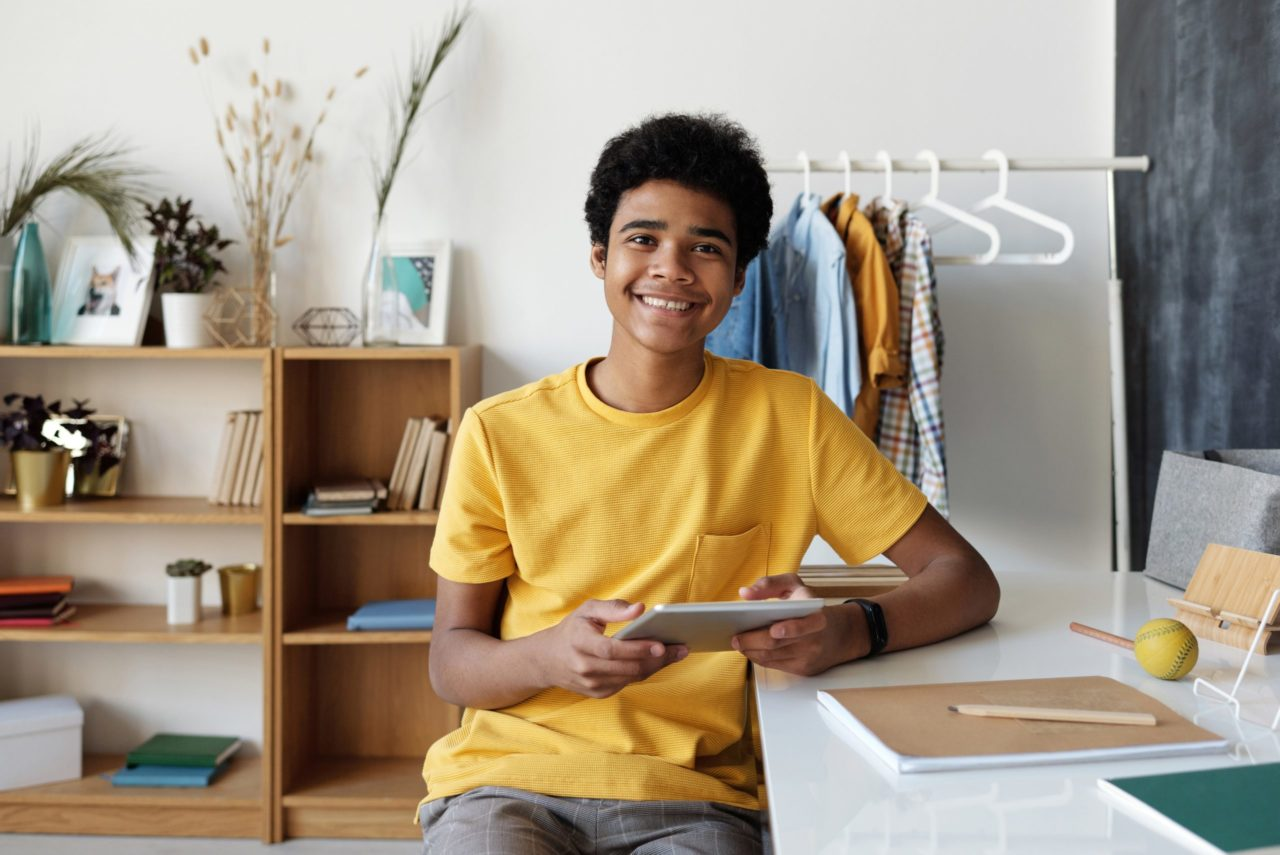 Jeune qui fait des recherches pour une rédaction