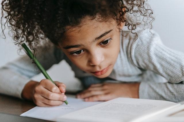 Un bureau rangé et agréable incite à la concentration pendant les devoirs. C'est une composante de la pédagogie positive.