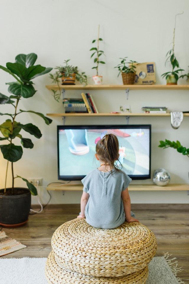 Rester seul devant un écran peut constituer un danger pour un enfant